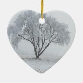 Frost em cima de uma árvore só ornamento de cerâmica coração