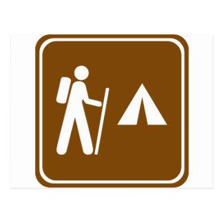 Fuga de caminhada com sinal de acampamento da cartão postal