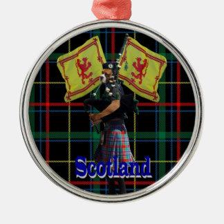 Gaiteiro escocês no tartan ornamento redondo cor prata