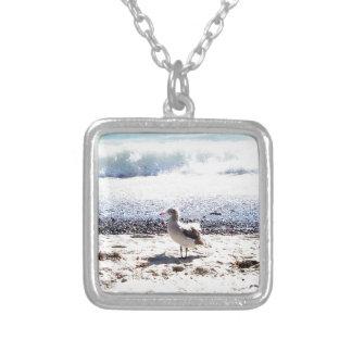 gaivota pelo oceano na imagem da praia colar banhado a prata
