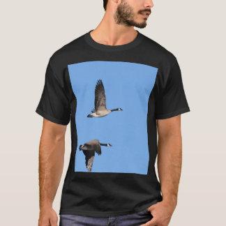 Ganso de Canadá em vôo T-shirts