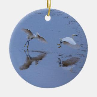 Garça-real de voo do Egret nevado sobre a água Ornamento De Cerâmica Redondo