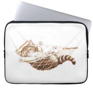 Gatinho bonito no hammock bolsa e capa de notebook