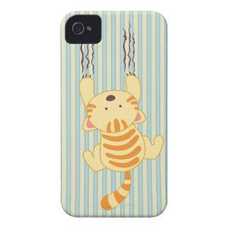 Gatinho bonito que risca a amora-preta do divertim capas iPhone 4