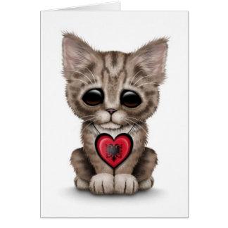 Gato bonito do gatinho com o coração albanês da cartão comemorativo