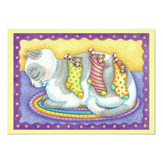 Gato bonito do Natal que dorme com os ratos nas Convite 12.7 X 17.78cm