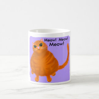 Gato de gato malhado vermelho carnudo na caneca de