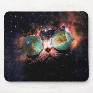 Gato legal do espaço com vidros do telescópio no mouse pad