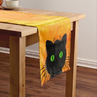 Gato preto do peekaboo bonito na laranja do Dia Caminho De Mesa Pequeno