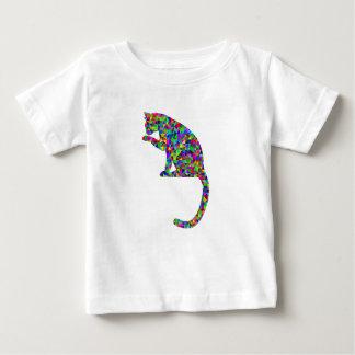 Gato prismático colorido que lambe a pata camiseta para bebê