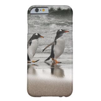 Gentoos na praia capa barely there para iPhone 6