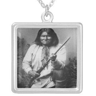 'Geronimo com a arma no Ready Colar Banhado A Prata