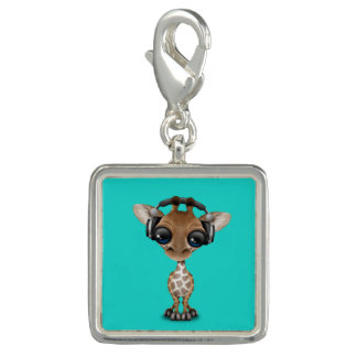 Girafa bonito do bebê que veste fones de ouvido pingente