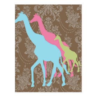 Girafa no damasco floral - cor-de-rosa, no azul e cartão postal