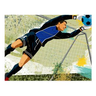 Goalie do futebol que obstrui a bola cartão postal
