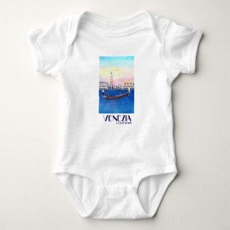 Gôndola de Veneza Italia no canal grande com San Camiseta