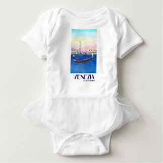 Gôndola de Veneza Italia no canal grande com San Tshirts
