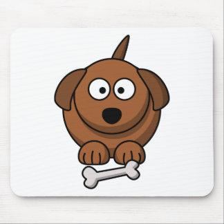 Gracioso pequeno cão com o seu osso