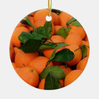 Grupo bonito das laranjas ornamento de cerâmica redondo