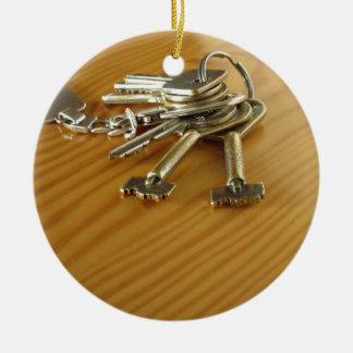 Grupo de chaves gastas da casa na mesa de madeira ornamento de cerâmica redondo