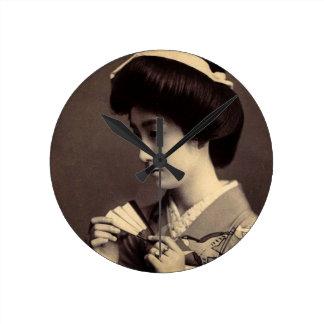 Gueixa com o fã de papel de dobramento em Japão Relógio Redondo