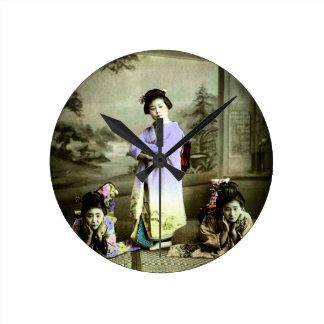 Gueixa de três vintages na mão velha de Japão Relógio Redondo