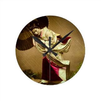 Gueixa do vintage em uma placa de vidro da chuva relógio redondo