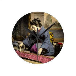 Gueixa do vintage que prepara seu quimono em Japão Relógio Redondo
