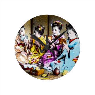 Gueixa do vintage que verifica sua composição no relógio redondo