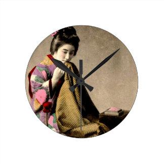 Gueixa japonesa do vintage que Sewing um quimono Relógio Redondo