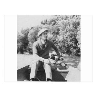 Homem no barco cartão postal