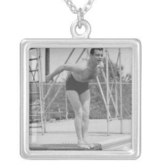 Homem no conselho de mergulho colar banhado a prata
