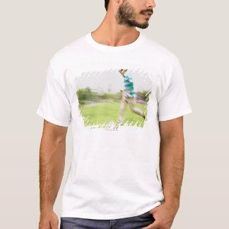 Homem novo que joga o futebol t-shirt