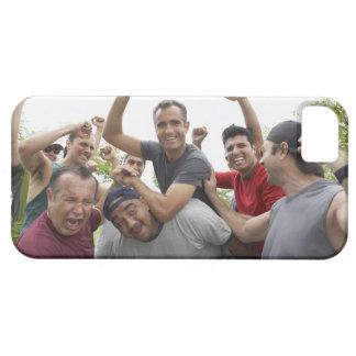 Homem que aumenta a bola de futebol que comemora capa barely there para iPhone 5
