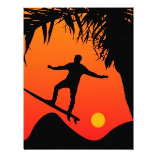Homem que surfa na ilustração do gráfico do por do papel timbrado