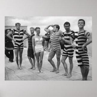 Homens patetas do vintage nos fatos de banho com poster