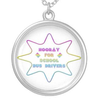 Hooray para motoristas de auto escolar! colar banhado a prata