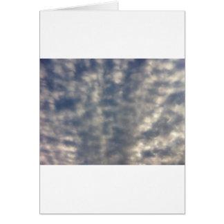 Imagens do céu com as nuvens macias ruffled cartão