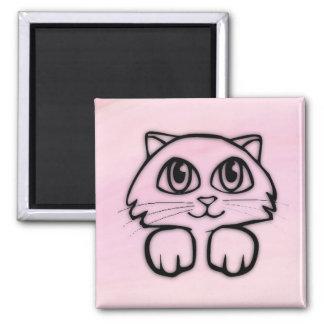 Íman Gato bonito que espreita o rosa