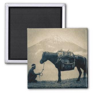 Íman Viajante do vintage e seu cavalo na maneira a