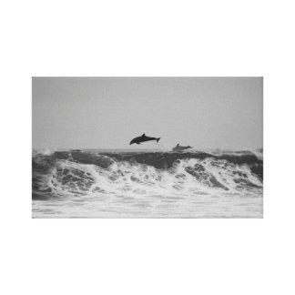 Impressão Em Tela Os golfinhos que saltam através das ondas em preto