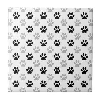 Impressões preto e branco da pata do filhote de azulejo quadrado pequeno