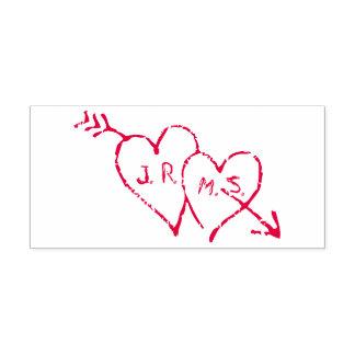 Iniciais românticas gravadas nos corações carimbo auto entintado