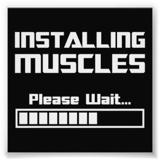 Instalando os músculos satisfaça esperam o bar de impressão de foto