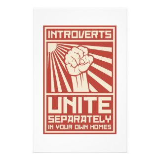 Introverts unem-se separada em suas próprias casas papelaria
