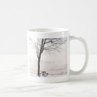 Inverno na praia de prata caneca de café