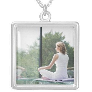 Ioga praticando da mulher colar banhado a prata