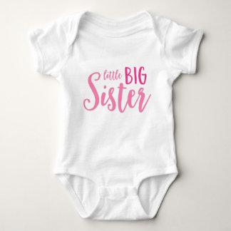 Irmã mais velha pequena cor-de-rosa camisetas