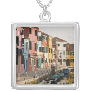 Italia, Burano. Casas coloridas da linha a Colar Banhado A Prata