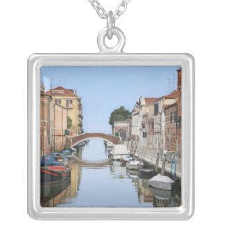 Italia, Veneza. Ideia dos barcos e das casas ao Colar Banhado A Prata